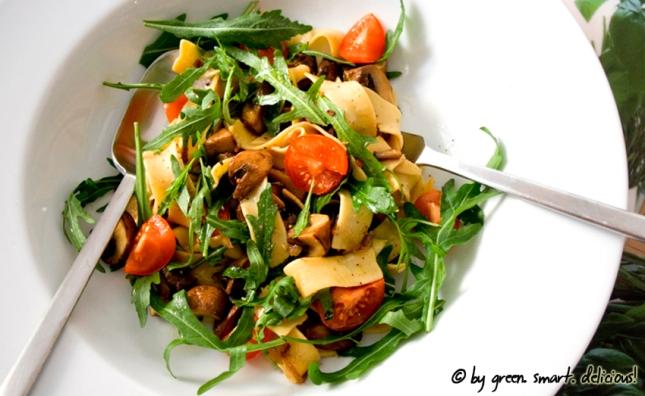 Pasta-Salat mit Pilzen und Rucola